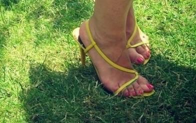 vestido rayas zapatos amarillos