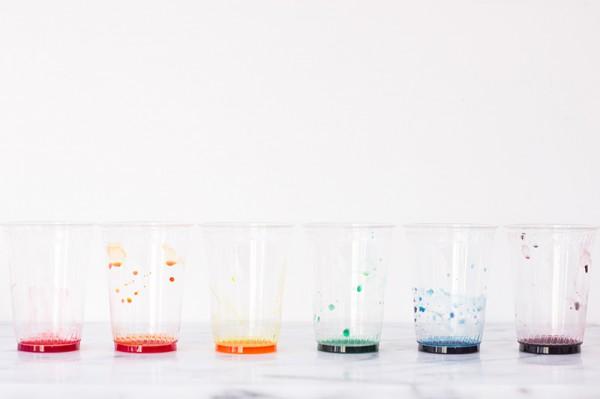 Preparo  varios vasos con los colores que he elegido. Mezclo 20 gotas de colorante alimentario con 2 o tres cucharadas de agua.