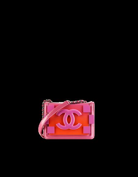 Bolso con solapa en plexiglas , piel de ternera efecto charol y piel de cordero, inspirado en el cierre del Bolso Boy de Chanel.