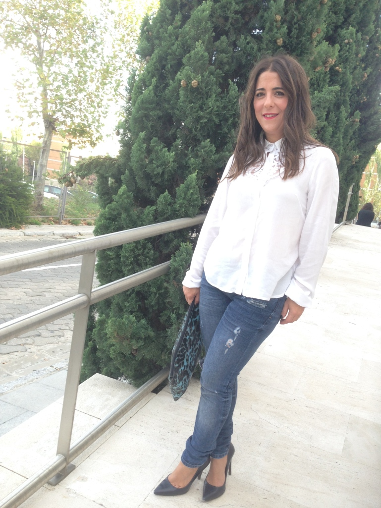 by-chupineta-ripped-jeans-camisa-blanca