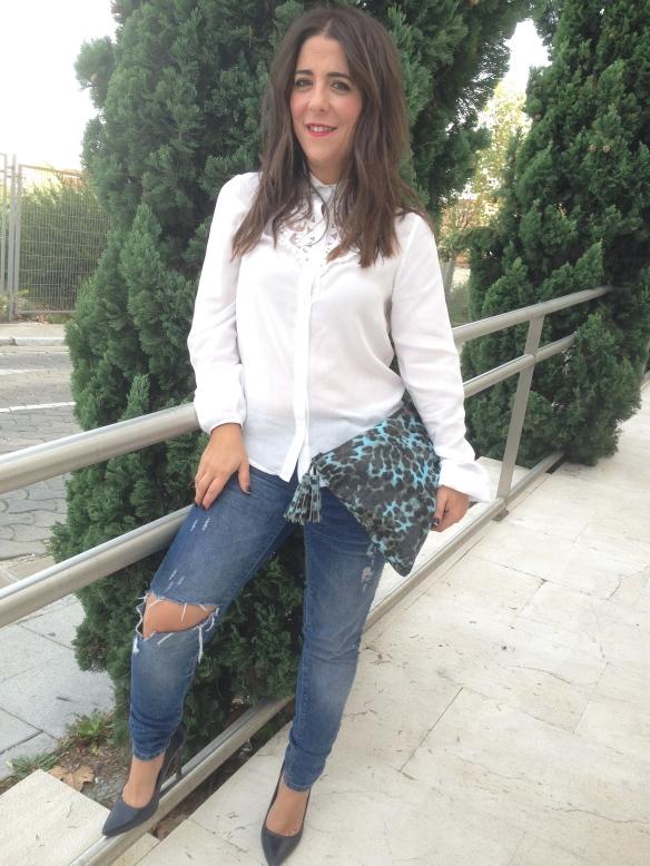 by-chupineta-ripped-jeans-camisa-blanca